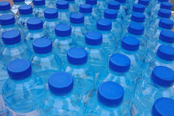 Scoperto il batterio che mangia le bottiglie di plastica. Addio inquinamento per sempre?